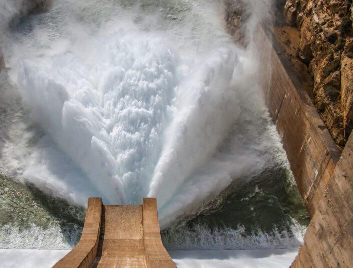 Vattenkraftsdamm som släpper ut vatten