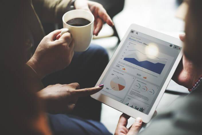 Investerare kontrollerar alla grafer om hur verksamheten rör sig